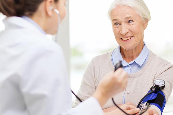 Blutdruck messen beim Kardiologen in Koblenz